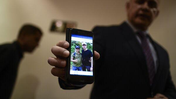 El Fiscal General de Venezuela, Tarek William Saab, muestra una foto del autoproclamado presidente, Juan Guaidó, con un miembro de Los Rastrojos - Sputnik Mundo