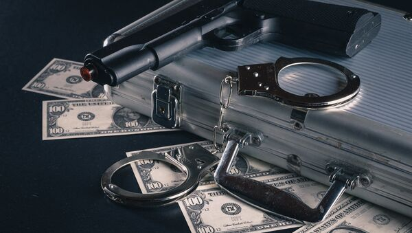 Dólares, pistola y esposas - Sputnik Mundo