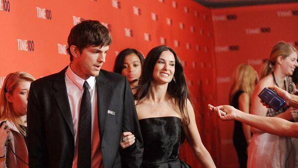 El actor Ashton Kutcher y su entonces esposa, Demi Moore - Sputnik Mundo