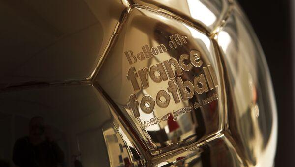 La escultura de un Balón de Oro en París - Sputnik Mundo