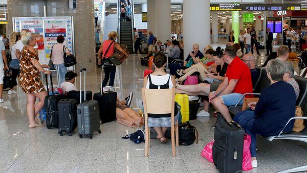 Turistas varados en el aeropuerto de Mallorca por la quiebra de Thomas Cook - Sputnik Mundo