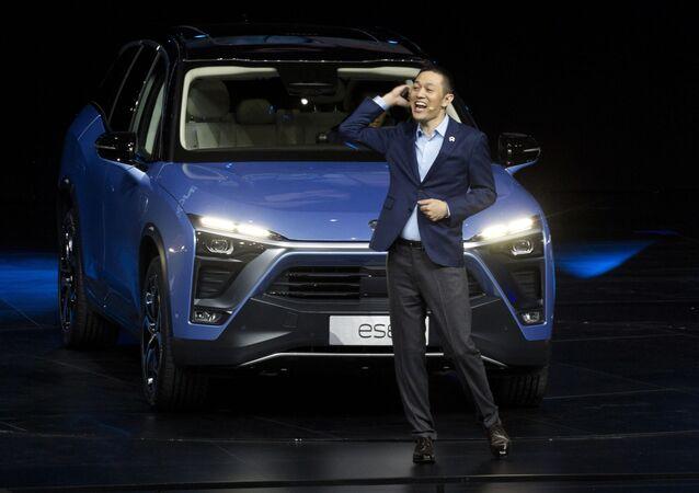 El empresario chino William Li presenta el auto eléctrico ES8 de NIO