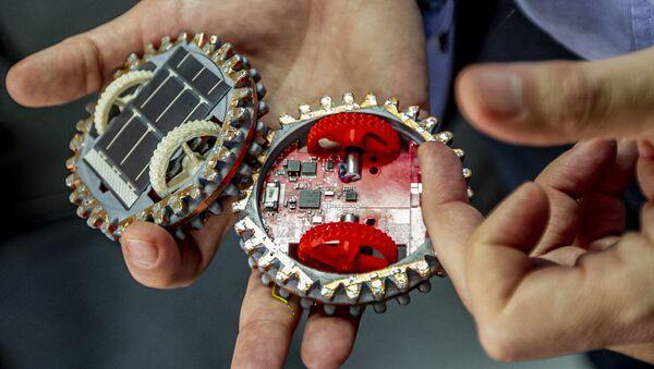 Gustavo Medina, investigador del Instituto de Ciencias Nucleares muestra dos pequeños robots que viajarán a la Luna en 2021 - Sputnik Mundo