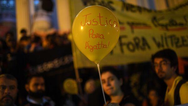 Una mujer sostiene un globo que dice Justicia para Agatha, durante la protesta contra la violencia policial en Rio de Janeiro - Sputnik Mundo