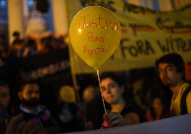 Una mujer sostiene un globo que dice Justicia para Agatha, durante la protesta contra la violencia policial en Rio de Janeiro