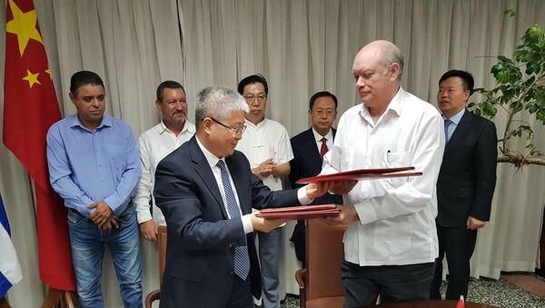 El vicepresidente de la Agencia de Cooperación Internacional para el Desarrollo de China, Zhou Liujun, y el ministro cubano del Comercio Exterior y la Inversión Extranjera, Rodrigo Malmierca Díaz - Sputnik Mundo