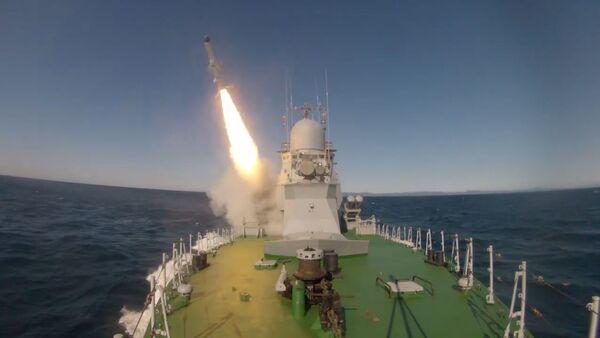Directo al blanco: el portamisiles ligero Smerch prueba los misiles Uran - Sputnik Mundo