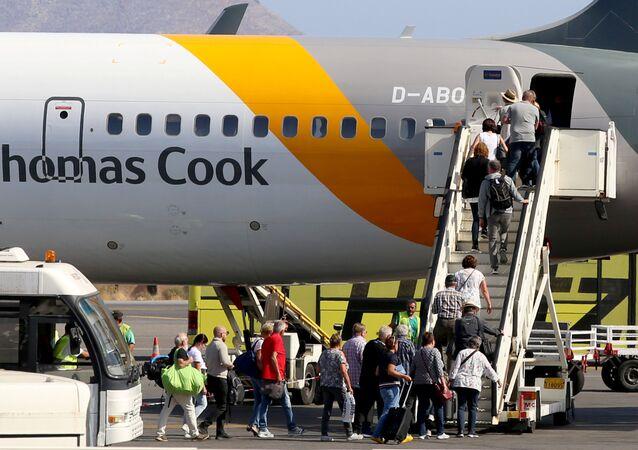 Pasajeros suben al avión de Thomas Cook