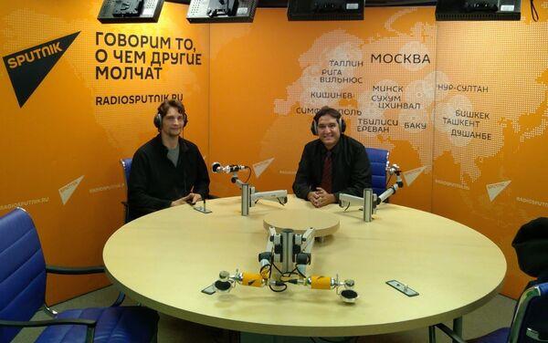Francisco González (d) en los estudios de Radio Sputnik - Sputnik Mundo