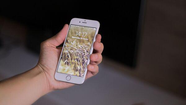Un teléfono inteligente bloqueado (imagen referencial) - Sputnik Mundo