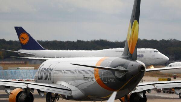 Un avión con el logo de Thomas Cook - Sputnik Mundo