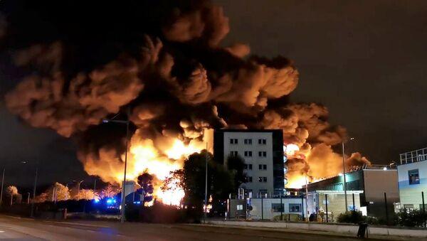 Incendio en una planta de lubricantes del norte de Francia - Sputnik Mundo