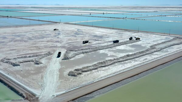 Paisajes cósmicos: así es la explotación de litio en el desierto de sal de Uyuni   - Sputnik Mundo