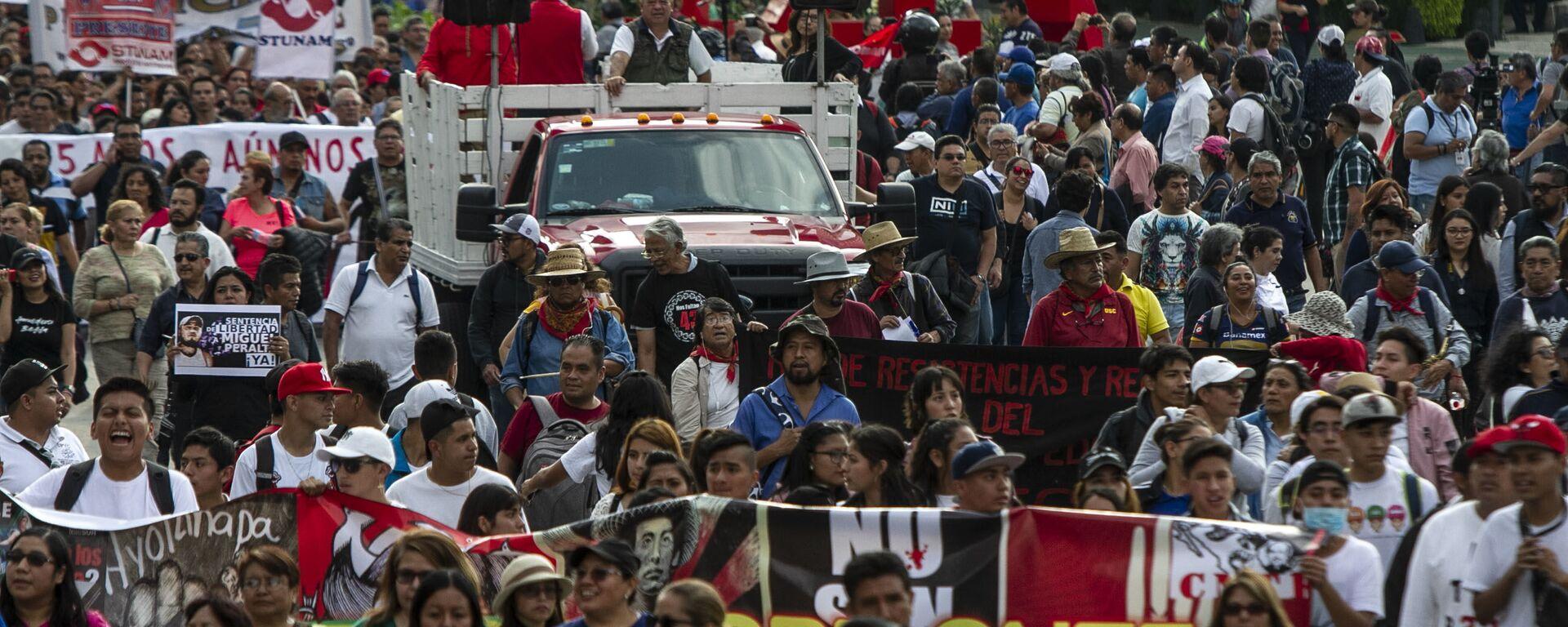 Asistentes a la manifestación en ciudad de México por los cinco años de la desaparición forzada de los 43 estudiantes de la normal rural de Ayotzinapa en el anti-monumento que recuerdo este crimen.  - Sputnik Mundo, 1920, 16.06.2021