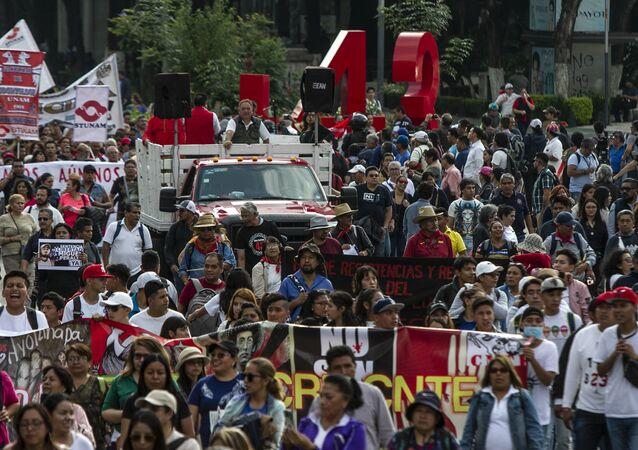 Asistentes a la manifestación en ciudad de México por los cinco años de la desaparición forzada de los 43 estudiantes de la normal rural de Ayotzinapa en el anti-monumento que recuerdo este crimen.