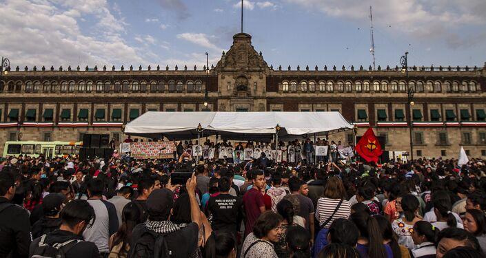 Mitín al finalizar la marcha por el reclamo de justicia a cinco años de la desaparición forzada de los 43 estudiantes de Ayotzinapa.