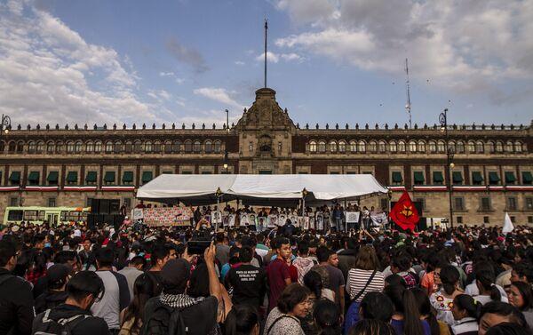 Mitín al finalizar la marcha por el reclamo de justicia a cinco años de la desaparición forzada de los 43 estudiantes de Ayotzinapa.  - Sputnik Mundo