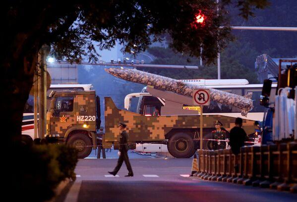 Военная техника на одной из улиц Пекина - Sputnik Mundo