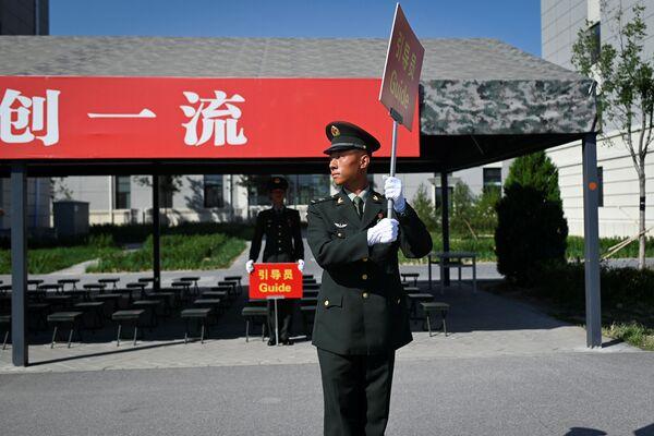 Китайский военный на репетиции парада к 70-летию КНР - Sputnik Mundo