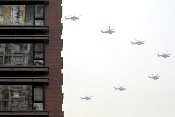 Китайские военные вертолеты во время репетиции парада к 70-летию КНР - Sputnik Mundo