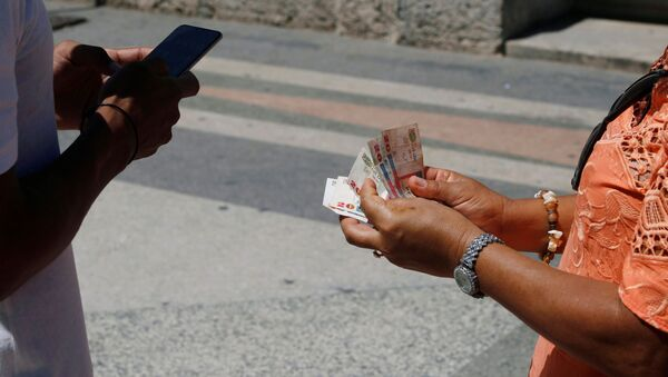 Unos cubanos con el dinero (imagen referencial) - Sputnik Mundo