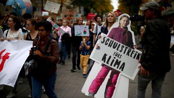 Un cartel de Greta Thunberg, la activista sueca - Sputnik Mundo