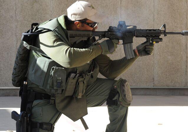 Un agente de SWAT dispara con un AR-15