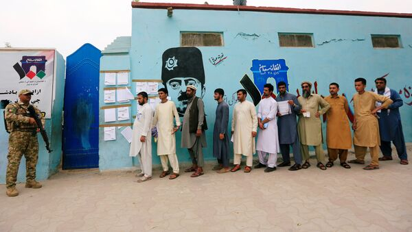 Hombres haciendo cola para votar en las presidenciales afganas - Sputnik Mundo