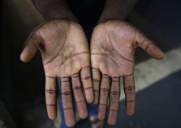 Las manos de un migrante