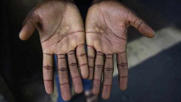 Las manos de un migrante - Sputnik Mundo