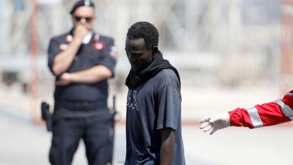Un migrante en Italia - Sputnik Mundo