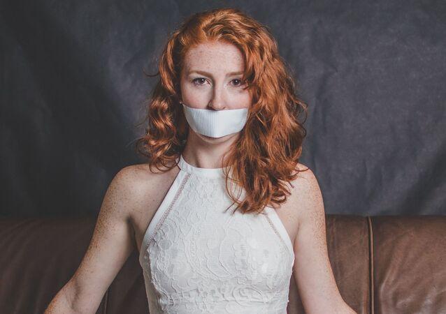 Una joven con una cinta en la boca