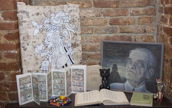 El retrato de Yuri Knórozov, sus libros y la copia del Códice de Dresde - Sputnik Mundo