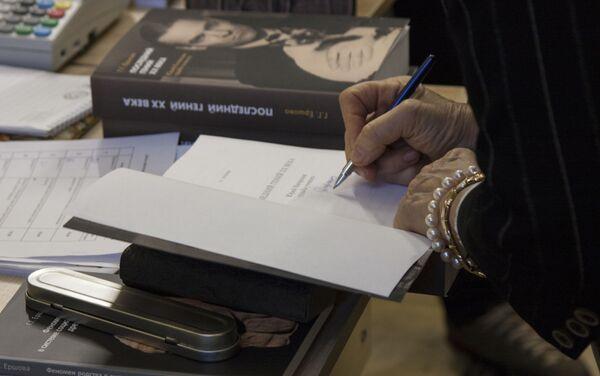 Galina Ershova firma el libro sobre Yuri Knórozov - Sputnik Mundo