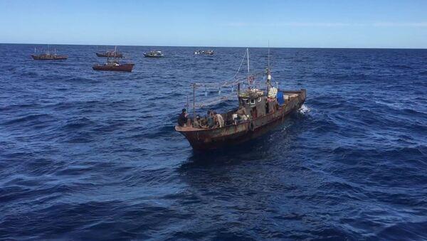Las embarcaciones norcoreanas con pescadores furtivos en las aguas rusas - Sputnik Mundo
