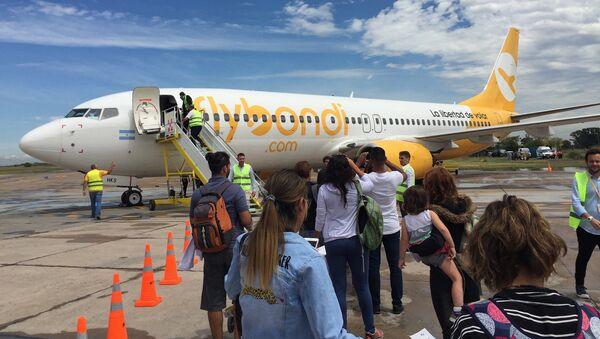 Avión de Flybondi se prepara para despegar en el Aeropuerto de El Palomar - Sputnik Mundo