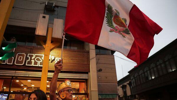 Un hombre con la bandera de Perú - Sputnik Mundo