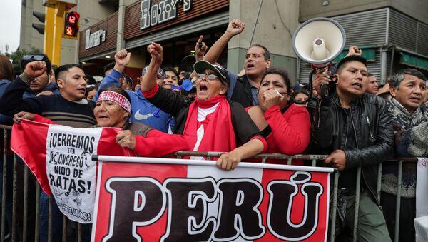 Los partidarios del presidente peruano Martín Vizcarra - Sputnik Mundo