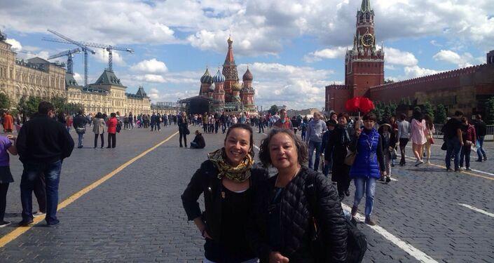 Viviana Corvalán con su hija en la Plaza Roja de Moscú
