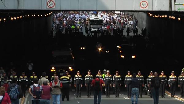 Miles de personas marchan en México en memoria de la Masacre de Tlatelolco - Sputnik Mundo