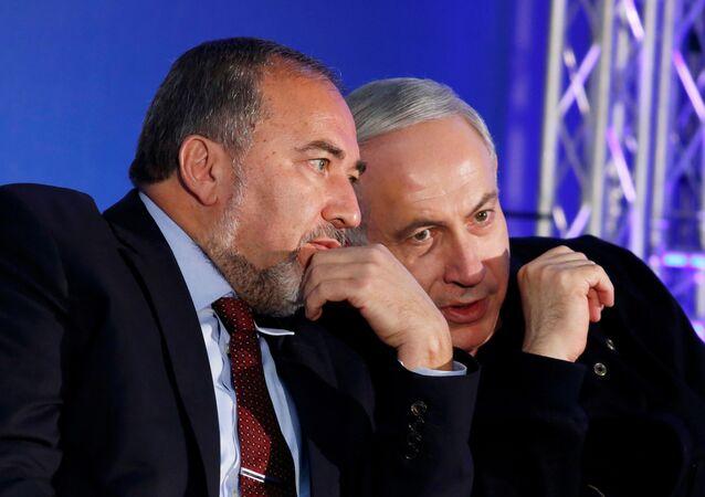 El primer ministro israelí en funciones Benjamín Netanyahu con Avigdor Lieberman