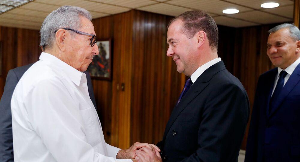 Raúl Castro, expresidente cubano, y primer ministro de Rusia, Dmitri Medvédev