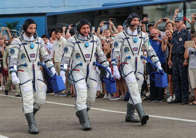 El astronauta estadounidense Andrew Morgan, el cosmonauta ruso Alexandr Skvortsov y el italiano Luca Parmitano (archivo)