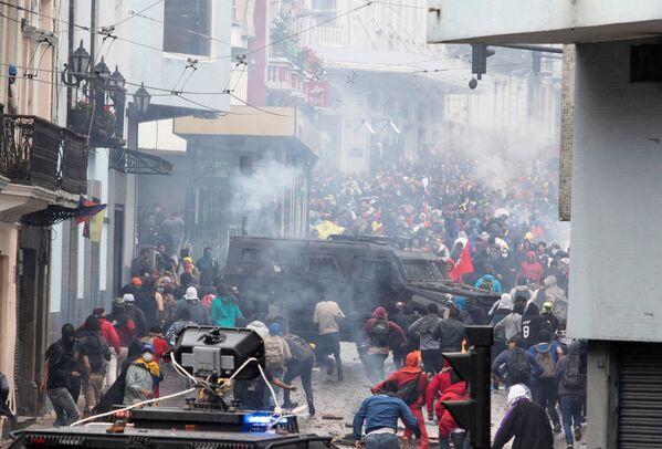 Demonstrators clash with riot police during protests in Quito, Ecuador October 3, 2019 - Sputnik Mundo