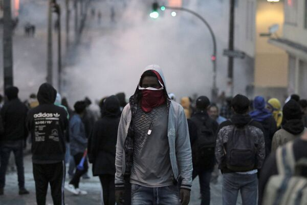 Demonstrators are seen while clashing with riot police during protests in Quito, Ecuador October 3, 2019 - Sputnik Mundo