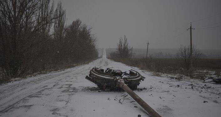 Un fragmento de una torre de tanques en la carretera, consecuencia del bombardeo del pueblo de Kominternovo, región de Donetsk (foto de la serie Zona Gris)