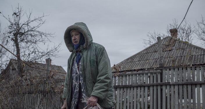 Eva Melnichuk, residente del pueblo de Sakhanka, región de Donetsk (foto de la serie Zona Gris)