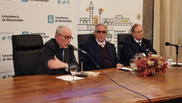 Al centro de la mesa, Diego García Sayán, excanciller y es ministro de Justicia de Perú durante la presentación de su libro 'Cambiando el Futuro' en Uruguay - Sputnik Mundo