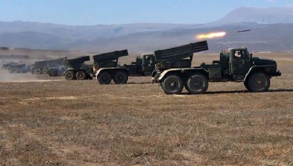 El Tornado-G ruso lanza misiles en Daguestán - Sputnik Mundo