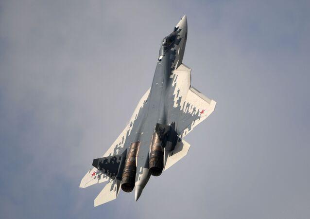 Un Su-57 con el camuflaje pixelado de colores blanco, azul y gris